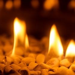 ogień pali się czysto w kominku