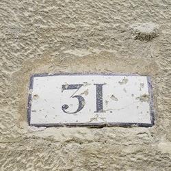 stara tabliczka z numerem domu