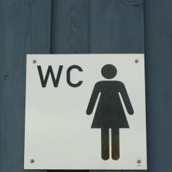 tabliczka ze znakiem wc