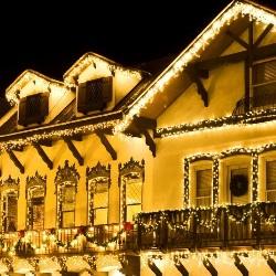oświetlenie domu z lampek choinkowych