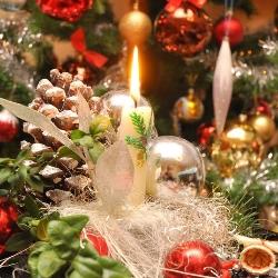 stroik bożonarodzeniowy na tle choinki