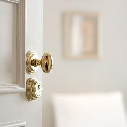 Znalezione obrazy dla zapytania uchylone drzwi