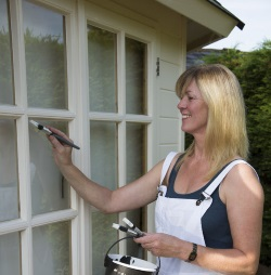 Kiedy najlepiej malować okna i jakie zasady krok po kroku zastosować do okien drewnianych?