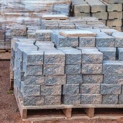 bloczki kamienne na paletach drewnianych