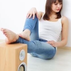 dziewczyna słucha muzyki, głośniki w pokoju