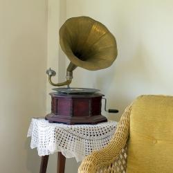 patefon, słuchanie muzyki w domu