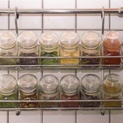 półka na reling w kuchni, z przyprawami