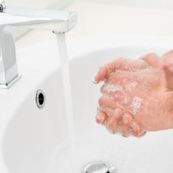 mycie rąk pod bieżącą wodą