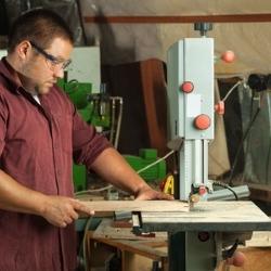 prace w warsztacie stolarskim, struganie