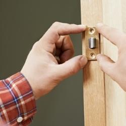 wsadzanie wkładki do drzwi