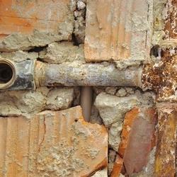 zerdzewiała instalacja wodno-kanalizacyjna