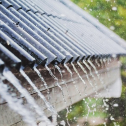blachodachówka podczas deszczu