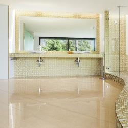 lśniące płytki w łazience