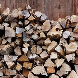 drewno w kominku castorama