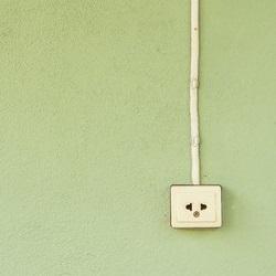 kabel na scianie