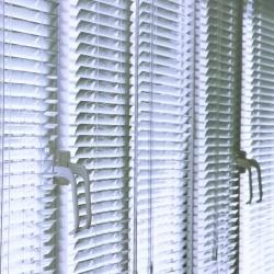zasłoniete okna przed upałem, żaluzje
