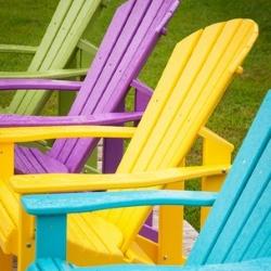 kolorwe krzesła w ogrodzie