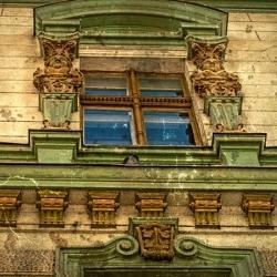 stare okno ze zdobieniami, rzeźbione, kamienica