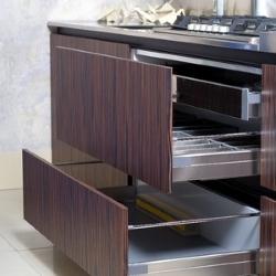 duże szuflady w kuchni