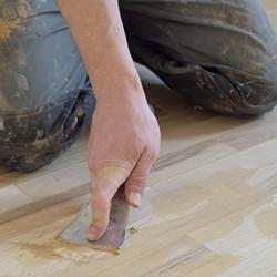 Masy uszczelniające do drewnianych podłóg