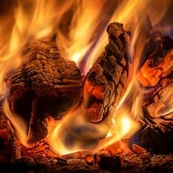 palący się kominek