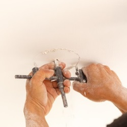 montaż opraw halogenowych