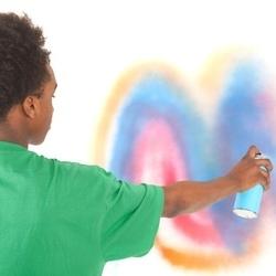 malowanie ściany sprayem
