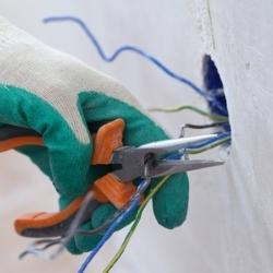 wyciąganie kabli z puszkli