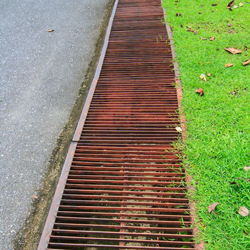kanał odprowadzający, drenaż ścieżki w ogrodzie