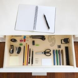 szuflada w biurku z akcesoriami, porządek