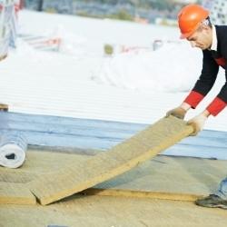 układanie izolacji na dachu