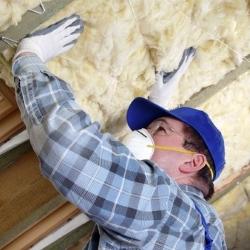 układanie wełny mineralnej od wewnątrz dachu