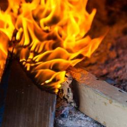rozpalanie drewna