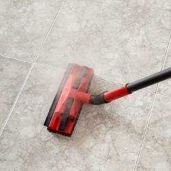 mycie podłogi urządzeniem parowym
