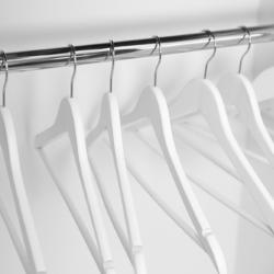 wieszak w garderobie