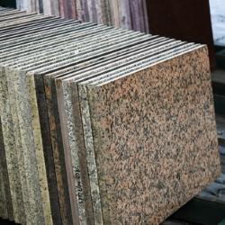 podłoga z kamiennych płytek