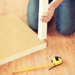 mierzenie wysokości biurka, dopasowywanie bóg do blatu