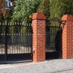 słupki ogrodzeniowe z cegły z daszkami