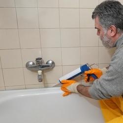 uszczelnianie silikonem przy wannie