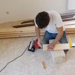 montaż drewnianej podłogi
