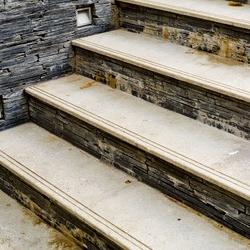 zewnętrzne schody z ryflami