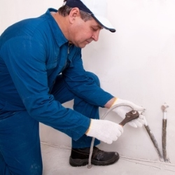 instalacja wodna, kanalizacyjna, rury ze ściany
