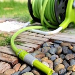 wąż ogrodowy nawinięty na bębenek