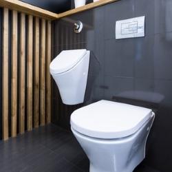 drewniana osłona na grzejnik w nowoczesnej łazience