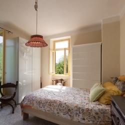 wysoki sufit sypialni