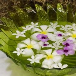 kompozycja z płatków kwiatów