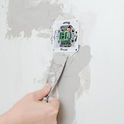 montaż gniazda w ścianie